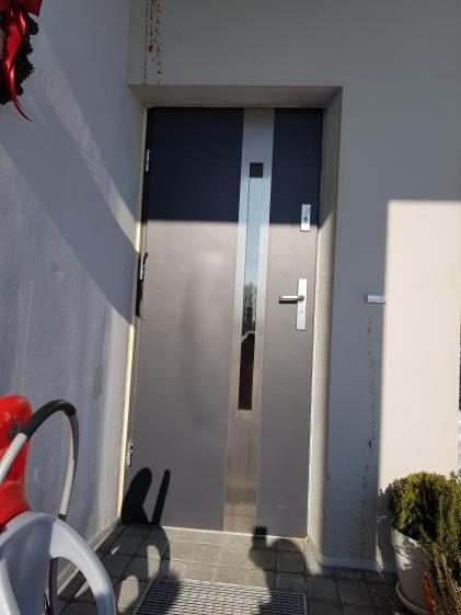 po ~2m issoko spuogas duryse, ir visos durys dar labiau issikreipe. Pardavejas sutiko varcia keisti i nauja.